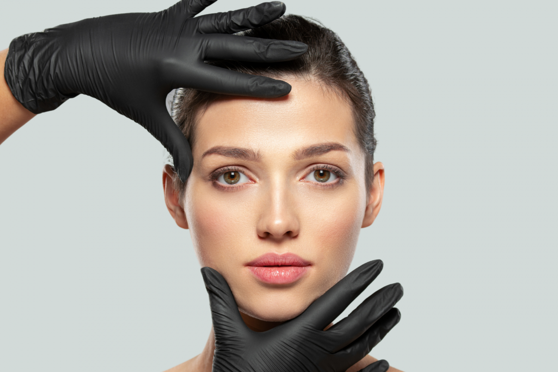 sieviete pēc veiksmīgas sejas ādas nostiepšanas